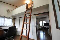 ロフトへ上るハシゴの様子。(204号室)(2011-04-28,専有部,ROOM,2F)