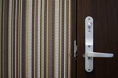 リビング入り口のドア付近には、ストライプ模様でシックな色合いの壁紙です。(2013-01-25,共用部,OTHER,1F)