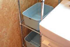 洗面台の隣に部屋ごとに使用できる収納カゴが設置されています。(2017-05-31,共用部,WASHSTAND,2F)