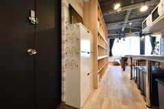 スリッパは靴箱の脇に収納する仕様です。廊下の奥はリビングです。(2019-01-29,周辺環境,ENTRANCE,2F)