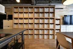 壁には天井まで届く大きさの収納棚が設置されています。(2019-01-29,共用部,KITCHEN,2F)