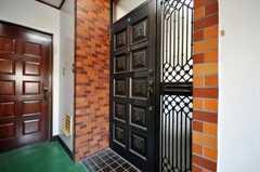 シェアハウスの玄関ドアの様子。(2009-12-22,周辺環境,ENTRANCE,2F)