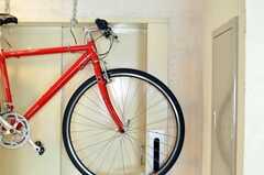 自転車が吊られています。(2009-12-22,共用部,OTHER,2F)