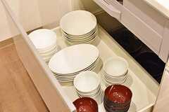 シンクとIHクッキングヒーターの下には共用の食器が収納されています。(2016-12-15,共用部,KITCHEN,4F)