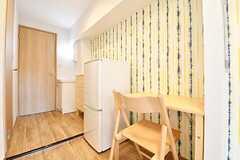 全室、冷蔵庫とデスクとチェアが用意されています。(401号室)(2016-12-15,専有部,ROOM,4F)