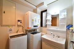 脱衣室には洗面台と洗濯機、乾燥機が設置されています。(2020-02-27,共用部,LAUNDRY,1F)