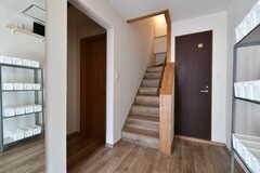 廊下の様子。階段右手のドアがトイレ、左手に専有部が3室集まっています。(2020-02-27,共用部,OTHER,1F)