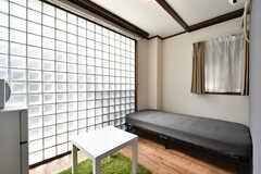 専有部の様子。ガラスブロックの部分にはカーテンが設置される予定です。(101号室)(2020-02-27,専有部,ROOM,1F)