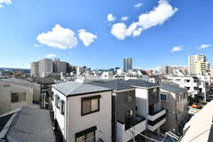 屋上から見た景色。建物の北側には大きなマンションが建っていますが、南側は拓けています。(2020-02-27,共用部,OTHER,4F)