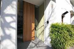 シェアハウスの正面玄関。(2012-03-29,周辺環境,ENTRANCE,1F)