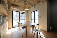 ダイニングの様子。掃き出し窓からはベランダに出られます。(2012-03-29,共用部,LIVINGROOM,2F)