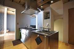 キッチンは総ステンレスのアイランド型です。(2012-03-29,共用部,KITCHEN,2F)