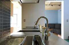 姿勢の良い水栓です。ピシッ。(2012-03-29,共用部,KITCHEN,2F)