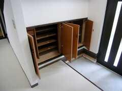 正面玄関に設置された靴箱の様子。(2007-07-07,共用部,OTHER,1F)