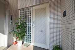 玄関ドアの様子。鍵はナンバー式のオートロックです。エレベーターも付いています。(2014-04-16,周辺環境,ENTRANCE,6F)