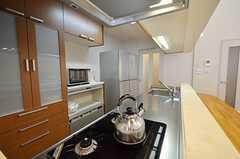 カウンターテーブル越しに見たキッチンの様子。(2014-04-16,共用部,KITCHEN,6F)
