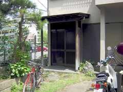 シェアハウスの正面玄関(2007-08-01,周辺環境,ENTRANCE,1F)