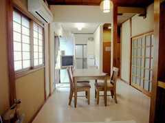 シェアハウスの正面玄関から見た内部の様子。(2007-08-01,共用部,LIVINGROOM,1F)