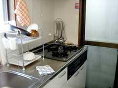 シェアハウスのキッチンの様子2。コンロは3つ口。(2007-08-01,共用部,KITCHEN,1F)