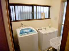 バスルーム前の洗面台と洗濯機。(2007-08-01,共用部,LAUNDRY,1F)