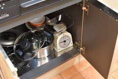 ガスコンロの下は共用の鍋やスケールが収納されています。(2017-07-07,共用部,KITCHEN,2F)