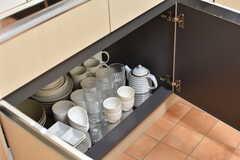 シンクの下は共用の食器やグラスが収納されています。(2017-07-07,共用部,KITCHEN,2F)