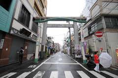 近くの商店街の入り口は鳥居。(2013-06-11,共用部,ENVIRONMENT,1F)