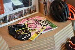 バイシクルクラブなど、自転車関連の本や雑誌が用意されています。今後はバイクグッズやアパレル用品も置いていく予定とのこと。(2019-03-26,共用部,LIVINGROOM,2F)