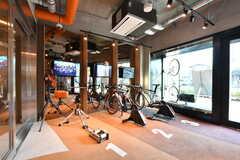 トレーニングスペースでは、バーチャルサイクリングゲームを楽しむことができます。(2019-03-26,共用部,OTHER,1F)