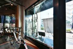 窓辺は展示スペースです。展示は定期的に入れ替わるとのこと。(2019-03-26,共用部,OTHER,1F)