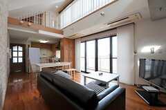 リビングの様子3。掃き出し窓からは共用のベランダにでられます。(2012-08-01,共用部,LIVINGROOM,5F)
