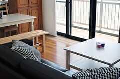 掃き出し窓の近くの床材はテラコッタ。フローリングが痛むこともありません。(2012-08-01,共用部,LIVINGROOM,5F)