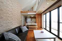 リビングの奥にキッチンがあります。(2012-08-01,共用部,LIVINGROOM,5F)