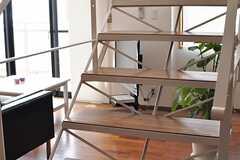 ウッド素材の踏み台と、白い鉄製の骨組みがカッコイイ!(2012-08-01,共用部,KITCHEN,5F)
