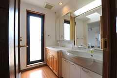 水まわり設備の様子。左手にはバスルームがあり、正面の扉は共用のベランダに続きます。(2012-08-01,共用部,OTHER,5F)