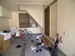ガレージも兼ねた玄関の様子。(2005-08-03,周辺環境,ENTRANCE,1F)