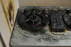 ガスコンロは2口。使い込まれています。(2013-09-23,共用部,KITCHEN,2F)