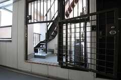 402号室専用玄関の隣には、更に上階に上る階段があります。(2013-03-15,共用部,OTHER,4F)