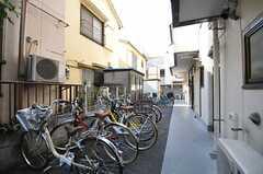 自転車置場の様子。共用の自転車が1台あります。(2013-03-15,共用部,GARAGE,1F)
