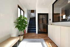 玄関から見た内部の様子。正面右手のドアの先がリビングです。(2020-08-05,周辺環境,ENTRANCE,1F)