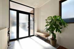 内部から見た玄関まわりの様子。ベンチが設置されています。(2020-08-05,周辺環境,ENTRANCE,1F)