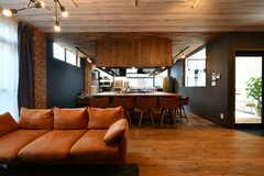 リビングの様子2。奥にキッチンとカウンターがあります。(2020-08-05,共用部,LIVINGROOM,1F)