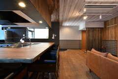 リビング側とキッチン側で床・壁・天井の素材がすべて変えてあります。(2020-08-05,共用部,LIVINGROOM,1F)