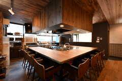 カウンターテーブルの様子2。天板裏にはコンセントも備わっています。(2020-08-05,共用部,LIVINGROOM,1F)