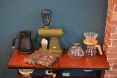 コーヒーセットの置かれた棚。コーヒー豆は入居者の私物とのこと。(2020-08-05,共用部,LIVINGROOM,1F)