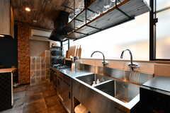 キッチンの様子。窓際はダブルシンクです。業務用コンロも設置されています。(2020-08-05,共用部,KITCHEN,1F)