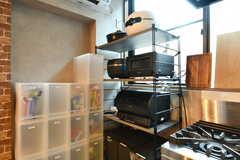 キッチン家電の様子。燻製器、スチームレンジ、炊飯器、ホールケーキメーカーなど、種類も豊富。(2020-08-05,共用部,KITCHEN,1F)