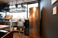 共用の冷蔵庫とワインセラーの様子。(2020-08-05,共用部,KITCHEN,1F)