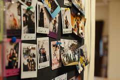 入居者さんたちの写真がたくさん飾られています。(2017-11-08,共用部,LIVINGROOM,1F)