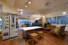 ラウンジの様子3。コーヒーの自動販売機が設置されています。(2017-11-08,共用部,LIVINGROOM,1F)